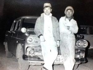 1965年頃の2代目有村俊博。当時の工員とともに。
